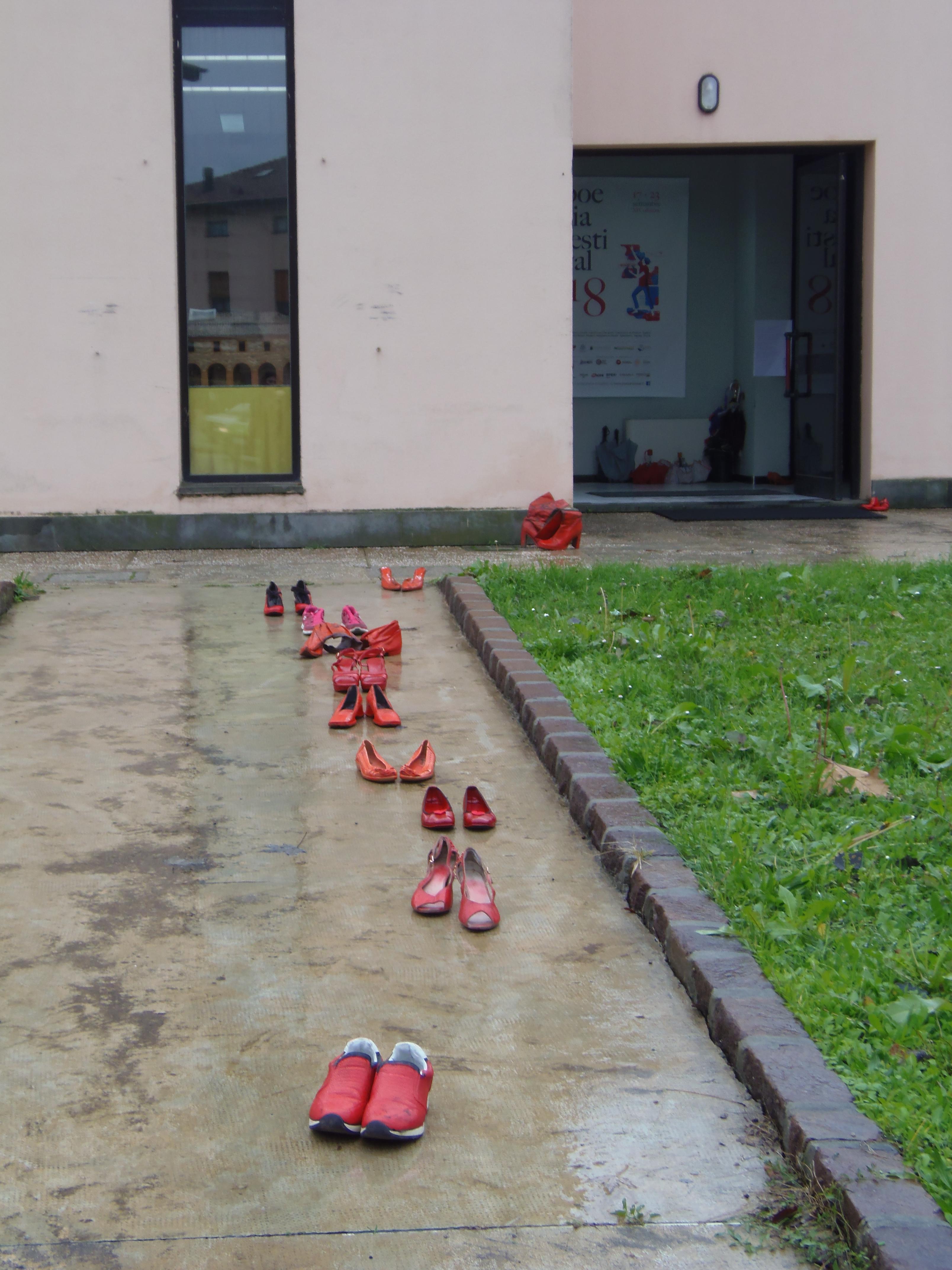 Deporre un paio di scarpe rosse in Piazza  un gesto e un momento di  riflessione per far crescere la cultura che educa al rispetto della donna. 94ad6e6f11e
